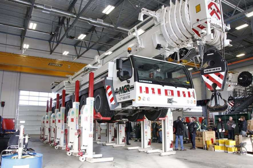Lifting a mobile crane with mobile column lifts
